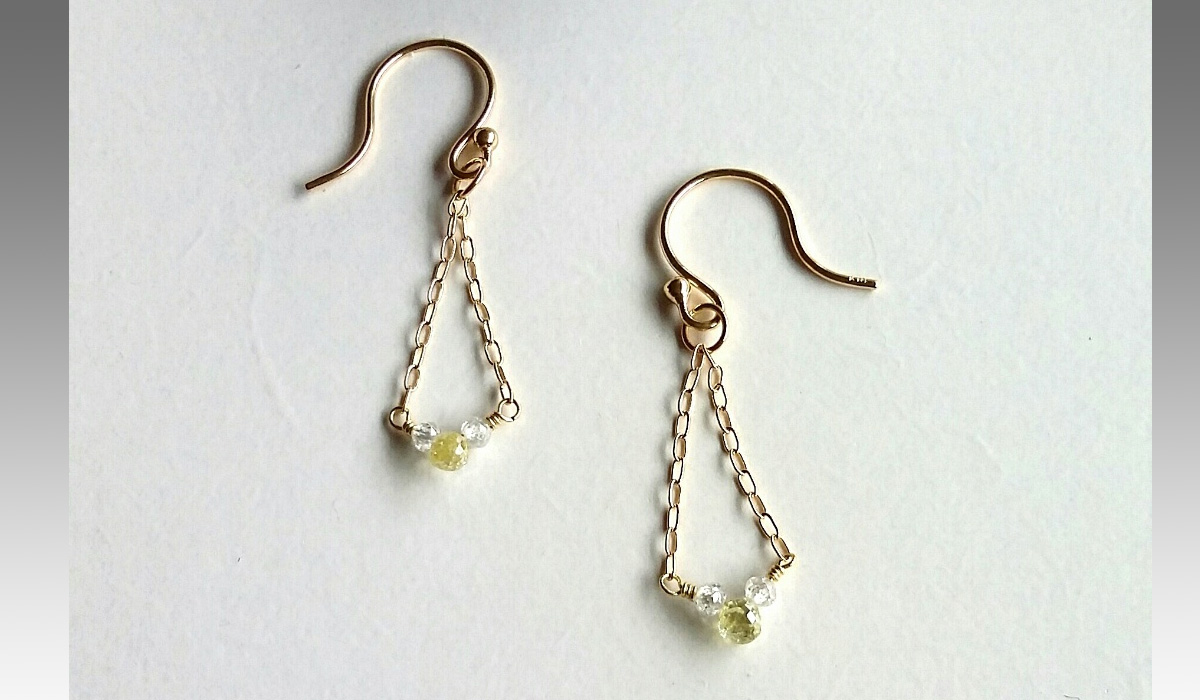 表参道の宝石店ジェムランドに有るカラーレスとイエローダイヤモンド・ブリオレットのピアス