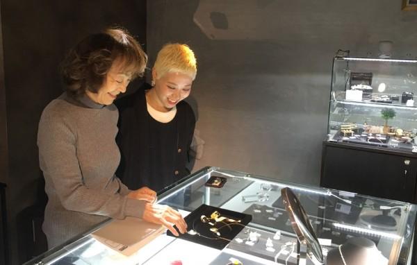ジュエリーデザイナー菅沼裕美子先生(写真左)と名取絵美さん
